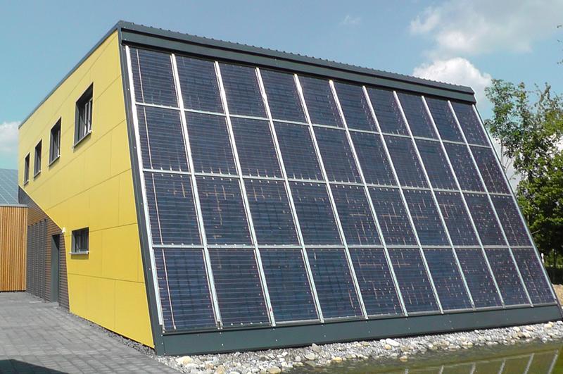 Moderne, effiziente Technik im Heiztechnikgebäude der Firma RUOFF Energietechnik in Riederich